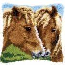 knüpfkissen bruine paarden